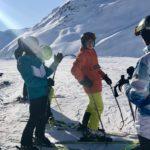 Skifahren bei strahlendem Sonnenschein
